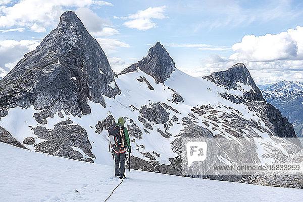 Eine Frau auf einem Gletscher im North Cascades-Nationalpark
