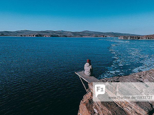 Mädchen fühlt Freiheit über dem Meer