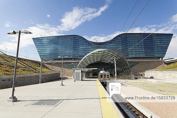 Zug am Stadtbahnhof des Internationalen Flughafens Denver