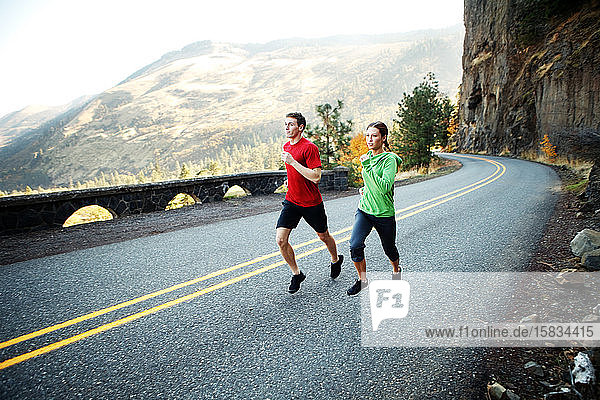 Zwei Läufer Mitte 20 laufen auf der Panoramastraße in Rowena
