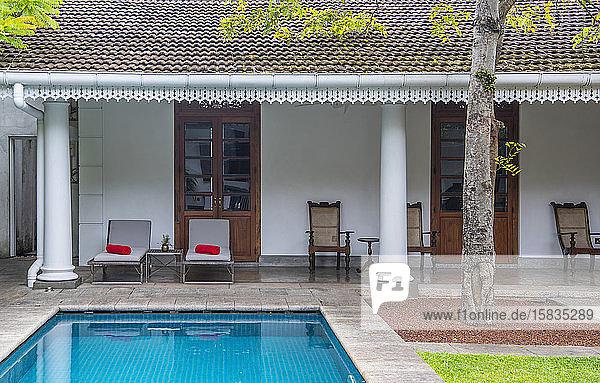Schwimmbad im Innenhof eines Boutique-Hotels im Kolonialstil