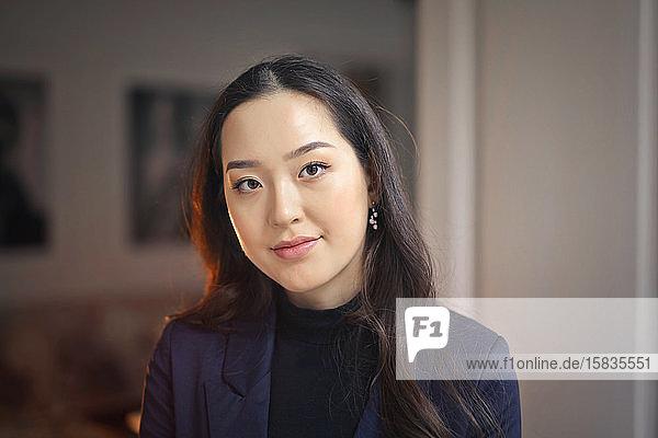 porträt einer schönen asiatischen Frau