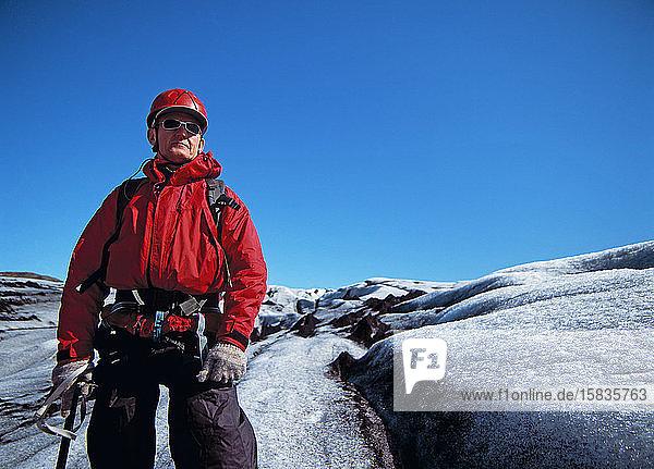 älterer Mann erkundet den Gletscher Solheimajokull in Island