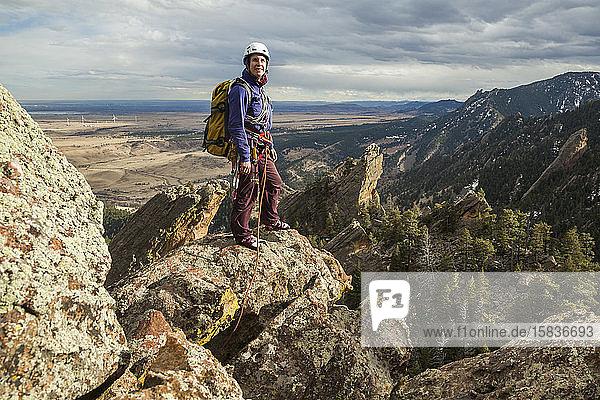 Frau steht auf dem Gipfel des Fatiron über Boulder  Colorado