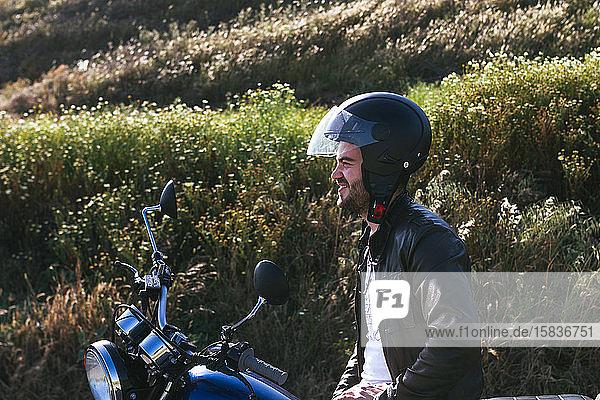 junger Mann posiert auf seinem Fahrrad  das auf der Straße festsitzt