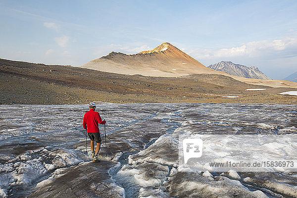 Wanderer überquert den Gletscher in Richtung Ockerberg.