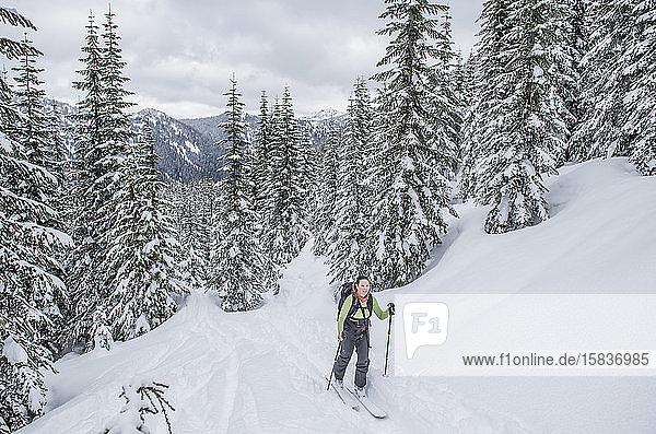 Eine Frau im Jodelin-Hinterland beim Skilanglauf  Stevens Pass.