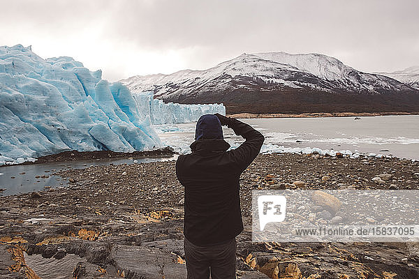 Unbekannter Mann beim Fotografieren in Gletschernähe