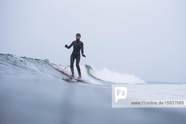 Frau surft im Winterschnee