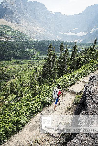 Wanderin auf Wanderwegen in den Bergen