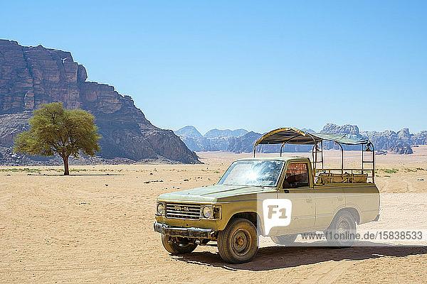 Lastwagen mit Allradantrieb im Schutzgebiet Wadi Rum  Jordanien
