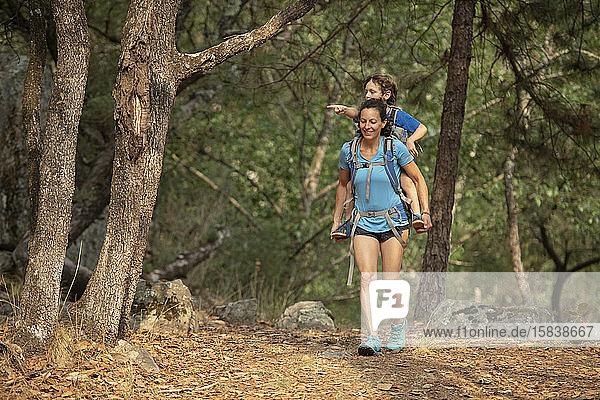 Mutter wandert mit seinem Kleinkind im Rucksack in einem Wald in der Nähe von Huasca de Ocampo  Mexiko