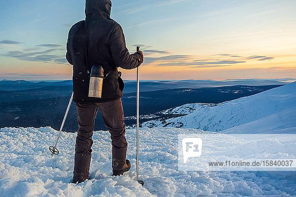 Tourist in der Wildnis. Schneesturm  Verzweiflung. Verirrter Weg. Ural Winter la