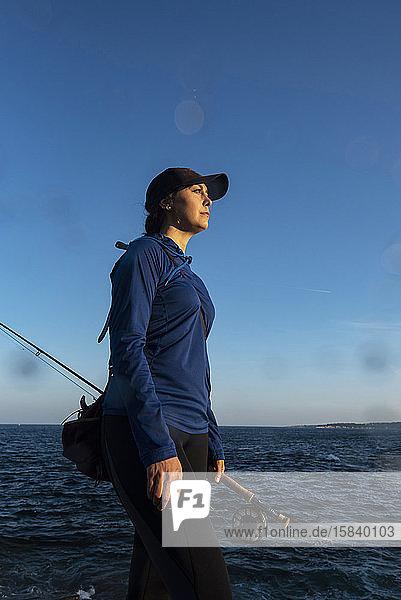 Fliegenfischen von Frauen an der Küste von Maine