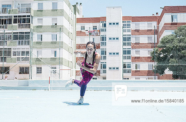 Farbenfrohes Bild einer auf dem Platz trainierenden Sportlerin