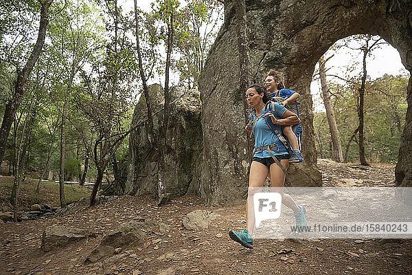 Mutter rennt mit ihrem Kleinkind auf einem Rucksack in Huasca de Ocampo  Mexiko
