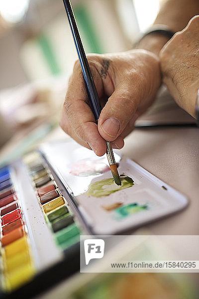 Nahaufnahme der Hände eines Malers.