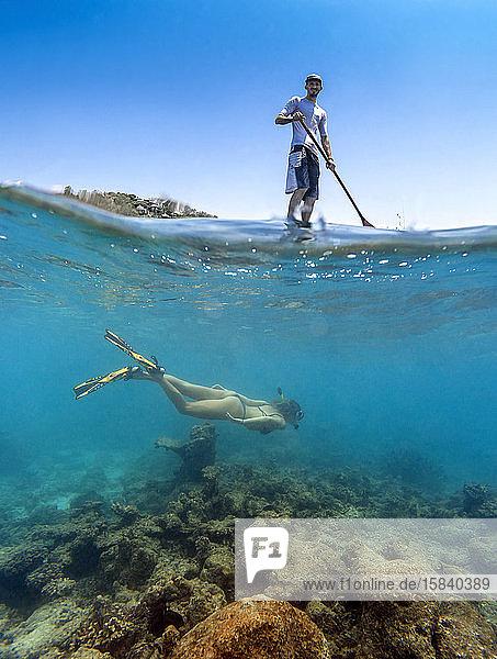 Junges Paar amüsiert sich im Meerwasser  Unterwasserblick