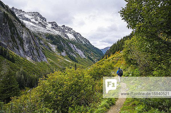 Männlicher Wanderer auf Wanderweg durch die Berge