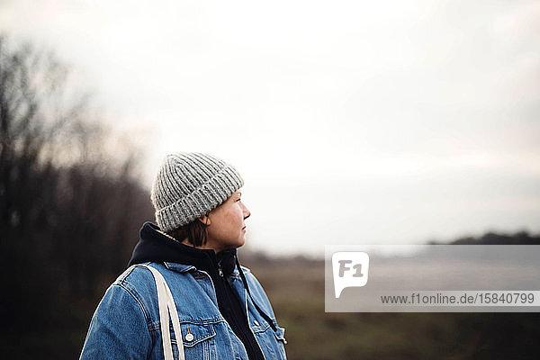 Porträt einer 40 Jahre alten Frau mit Hut im Freien