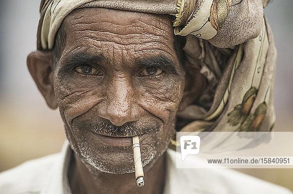 Alter Hindu-Mann raucht Strohzigarette