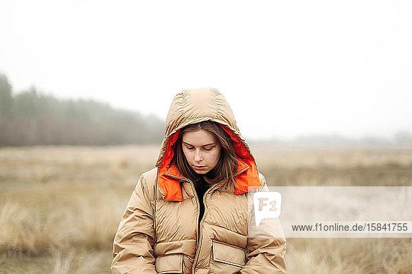 Porträt einer jungen Frau im Freien.