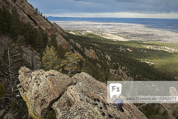 Frau erklimmt Flatiron-Felsplatte über Boulder  Colorado