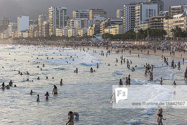 Badegäste am Strand von Ipanema Beach mit Gebäuden auf der Rückseite des Strandes