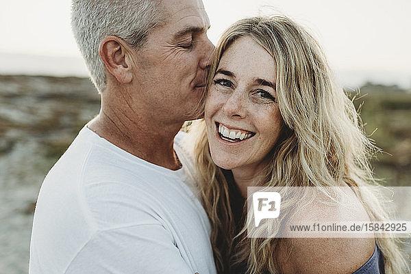 Nahaufnahme von Ehefrau und Ehemann in Strandnähe