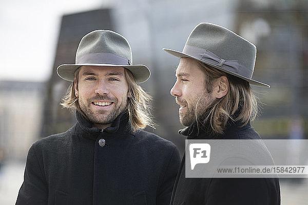 Zwillinge einer mit Hut außen
