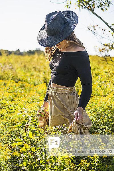 Bohemian Vintage Prairie Cowgirl Erforschung des Naturschutzfeldes