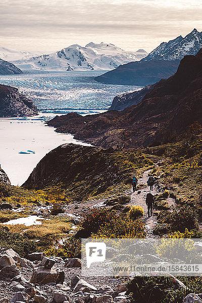 Atemberaubende Landschaft mit Bergsee und Spaziergängern