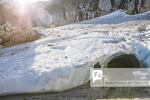 Ehepaar im Ruhestand betritt Eishöhle bei Luxusexkursion.