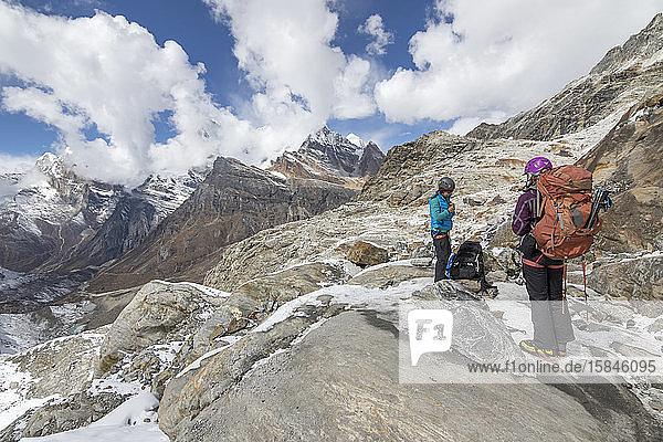 Zwei Bergsteigerinnen machen sich bereit  das vergletscherte Gelände zu betreten
