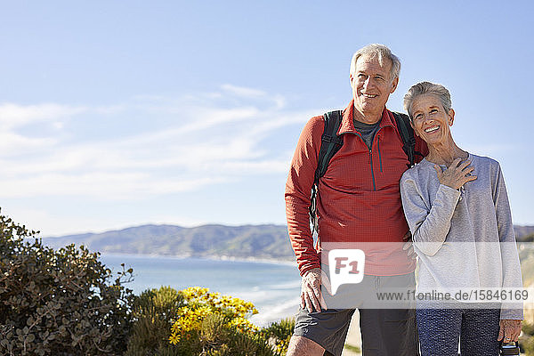 Fröhliches älteres Ehepaar steht an sonnigen Tagen am Himmel