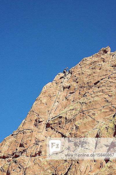 Männlicher Bergsteiger im Garten der Götter Colorado