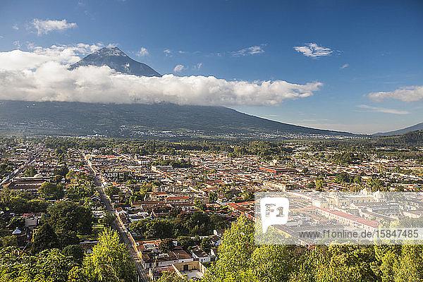 Hochwinkelaufnahme von Antigua  Guatemala und Vulkan Agua.