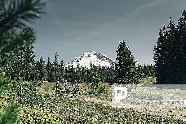 Drei Frauen radeln auf einem Weg in der Nähe des Mt. Hood in Oregon.