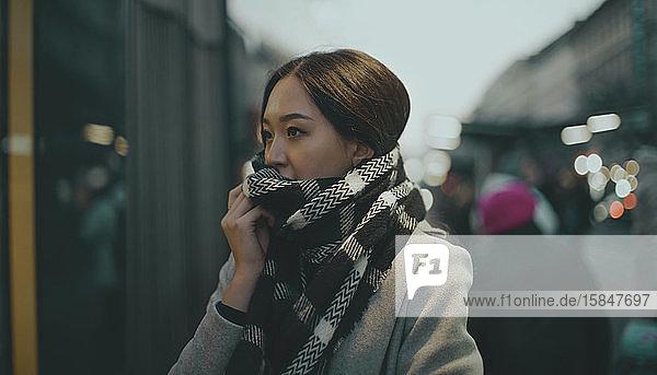 Porträt einer asiatischen Frau auf der Straße