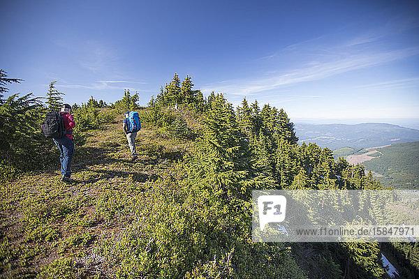 Zwei Rucksacktouristen wandern auf dem Bald Mountain in Washington.