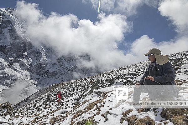 Ein junger Sherpa-Führer betrachtet die Aussicht von seinem Bergbüro