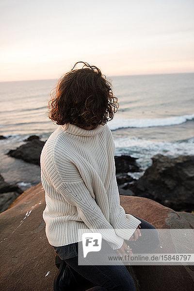 Eine gemütliche Frau überblickt den atemberaubenden Blick auf Punta Lobos in Chile.