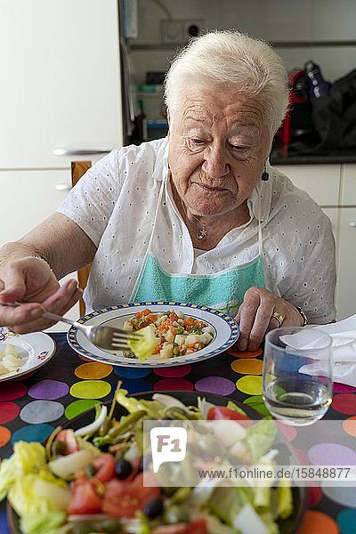 Alte Frau  die sich allein zu Hause gesund ernährt