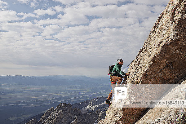 Männlicher Felskletterer besteigt die Exum-Ridge-Route am Grand Teton.