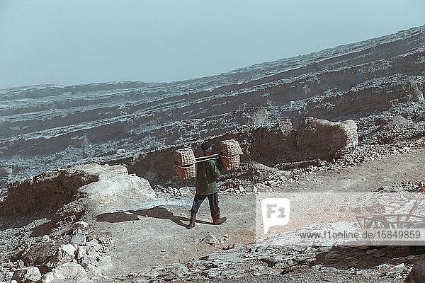Mensch baut am Vulkan Kawah Ijen Schwefel ab
