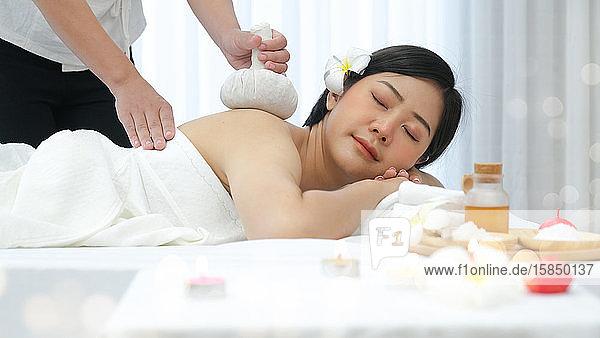 Freizeit asiatische junge Frau im Spa-Salon.
