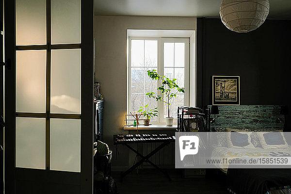 Gemütliche  graue  moderne Schlafzimmereinrichtung mit Möbeln