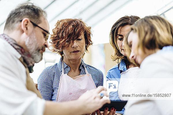 Kreative Textilunternehmer diskutieren über neue Ideen