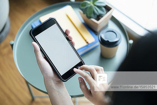 Nahaufnahmen mit einem Smartphone-Mockup am Büroschreibtisch.
