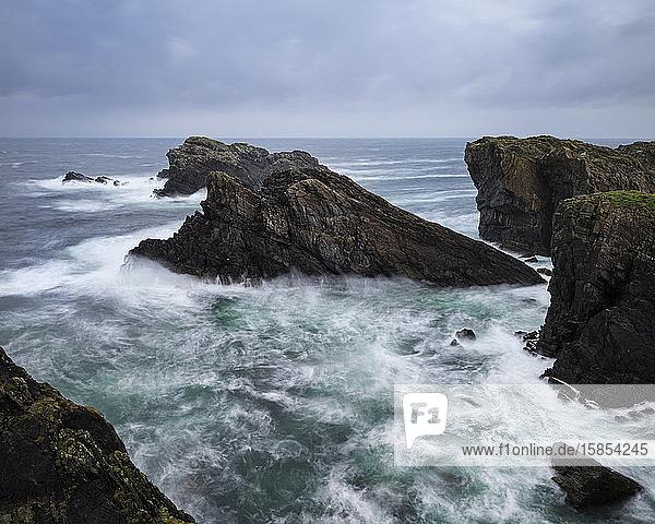 Turbulente See und dramatische Küstenklippen am Butt Of Lewis  Isle of Lewis  Schottland